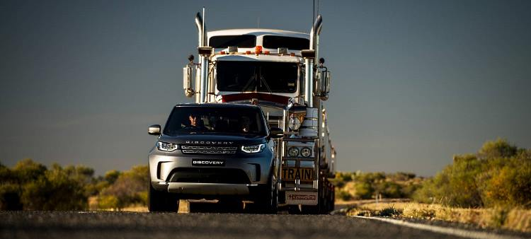 Land Rover Discovery tows a 110 tonne road train